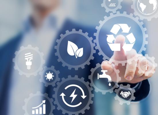 Unternehmer wählt Nachhaltigkeits-Symbole aus
